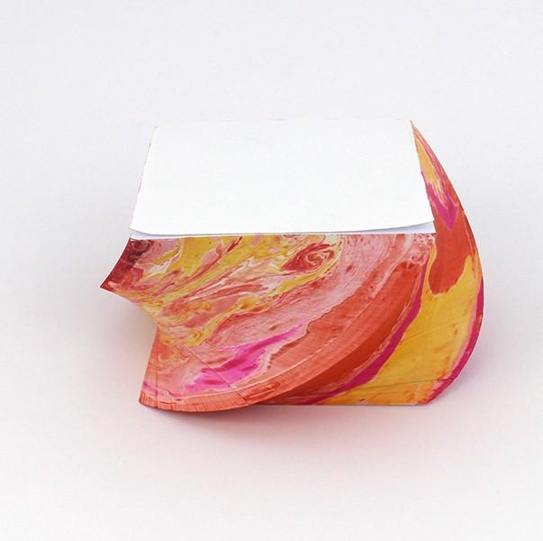 Notizblock_marmoriert_gedreht_Sandgelb mit rot und pink